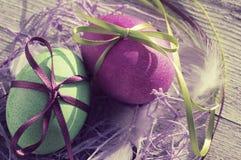 Пасхальные яйца на старой деревянной предпосылке Стоковая Фотография