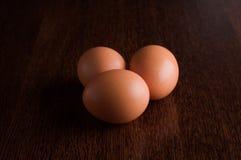 Пасхальные яйца на старой деревянной таблице Стоковая Фотография