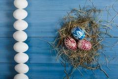 Пасхальные яйца на таблице Стоковое фото RF