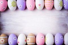 Пасхальные яйца пастельных цветов на серой деревянной предпосылке Стоковые Изображения
