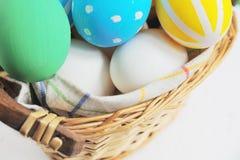 Пасхальные яйца покрашенные в пастельных цветах на белой предпосылке стоковые фотографии rf