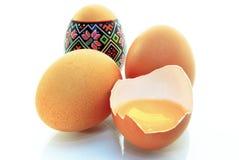 Пасхальные яйца, раковина яичка, яичка, яичного желтка, изолированного на белой предпосылке Стоковые Фото