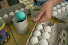 Пасхальные яйца расцветки с краской традиция праздника потехи стоковая фотография