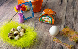 Пасхальные яйца ставят украшение на обсуждение с изображениями и стикерами утюг-на Стоковые Фото