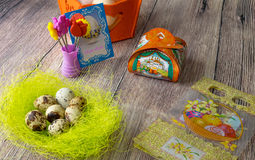 Пасхальные яйца ставят украшение на обсуждение с изображениями и стикерами утюг-на Стоковое Изображение