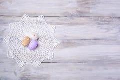 Пасхальные яйца с белым serviette на деревянной предпосылке Стоковая Фотография