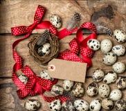 Пасхальные яйца с красными смычком и биркой ленты Стоковые Фотографии RF