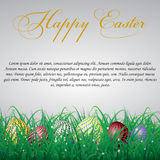 Пасхальные яйца с сеткой в траве на белой сияющей предпосылке Стоковые Изображения RF
