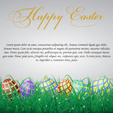 Пасхальные яйца с сеткой в траве на белом сияющем острословии предпосылки Стоковое Изображение RF