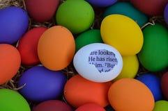 Пасхальные яйца с сообщением библии стоковое фото rf