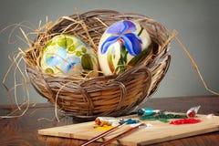 Пасхальные яйца с paintbrushes стоковая фотография rf