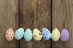 Пасхальные яйца фото знамени покрашенные вручную над деревянной предпосылкой Стоковое фото RF