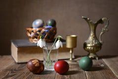 Пасхальные яйца, цветки и керамический carafe стоковые фото