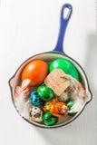 Пасхальные яйца Colourfull в голубом лотке Стоковые Фото