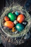 Пасхальные яйца Colourfull в деревенском коттедже Стоковые Изображения