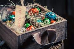 Пасхальные яйца Colourfull в деревянной маленькой коробке Стоковое Изображение