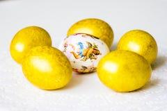 6 пасхальных яя на таблице Стоковое Фото