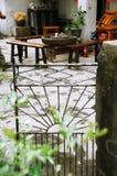 Патио дома с деревянными таблицей и стулами Стоковые Изображения