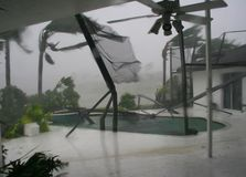 Патио задворк сорвано вверх от ветров урагана стоковые фотографии rf