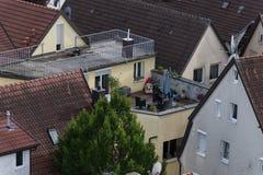 патио и террасы крыш с печью chemin и внешней мебелью стоковые фото