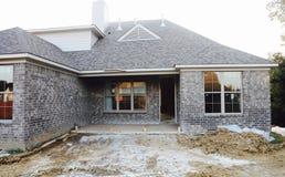 Патио и экстерьер незаконченного нового дома стоковое изображение rf