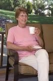 патио ослабляя старшую женщину Стоковые Фотографии RF