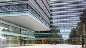 Патио, стеклянные стены и окна нового офиса банка Стоковое Изображение