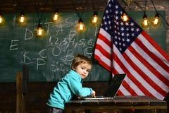 Патриотизм и свобода патриотизм малой работы ребенк на компьтер-книжке с американским флагом стоковое изображение rf
