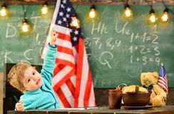Патриотизм и свобода patritism маленького ребенка на школе с США сигнализирует на празднике Дня независимости стоковые изображения