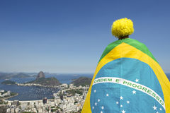 Патриотическое положение вентилятора Бразилии обернутое в бразильском флаге Рио Стоковое Изображение