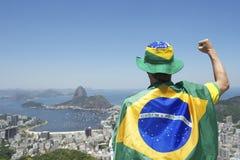 Патриотическое положение вентилятора Бразилии обернутое в бразильском флаге Рио Стоковое Изображение RF