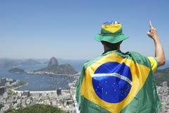 Патриотическое положение вентилятора Бразилии обернутое в бразильском флаге Рио Стоковое Фото