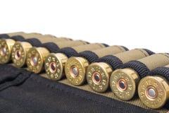 Патронная лента с патронами для винтовки двух-бочонка, на белой предпосылке Стоковая Фотография RF