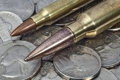 Патроны винтовки на куче американских монеток Стоковые Изображения RF