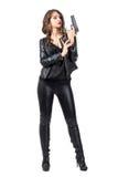 Патрон личного огнестрельного оружия сексуальной женской девушки гангстера перезаряжая Стоковое Изображение