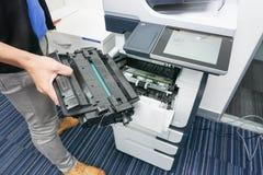 Патрон чернил владением бизнесмена, который нужно положить в принтер стоковые изображения rf