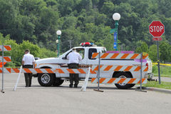 Патруль положения отдела Sherriff на дорожном блоке на острове Гариетты в St Paul, Минесоте во время потока реки Миссисипи Стоковые Фото