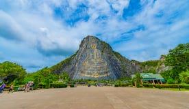 Паттайя, Таиланд - май 2019: Гора Khao Chee chan Будды Chee chan Khao самый большой Будда высек в мире на небе стоковое фото
