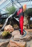 ПАТТАЙЯ, ТАИЛАНД - 24-ОЕ АПРЕЛЯ 2019: Долина динозавра туристского посещения гигантская на саде Nong Nooch стоковое фото rf