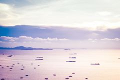 Паттайя, Таиланд - 30-ое апреля 2019: серия корабля или шлюпки на океане моря залива Паттайя и городе в Таиланде На заходе солнца стоковые изображения