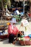 ПАТТАЙЯ, ТАИЛАНД - 16-ое декабря: Тайская женщина продает плодоовощи к туристам на пляже Samet. 16-ое декабря 2012 в Паттайя. Стоковая Фотография RF