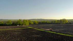 пахать поля Аграрный трактор вспахивая поле сельского хозяйства сток-видео