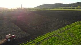 пахать поля Аграрный трактор вспахивая поле сельского хозяйства видеоматериал