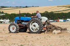 Пахать трактора старого fordson супер главный Стоковая Фотография