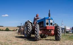 Пахать трактора старого fordson супер главный Стоковое Изображение RF