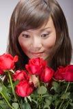 пахнуть азиатских роз девушки сексуальный Стоковое фото RF