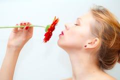 пахнуть девушки маргаритки красный Стоковые Фотографии RF