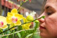 пахнуть девушки цветков Стоковое фото RF