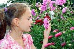 пахнуть девушки цветков Стоковое Фото