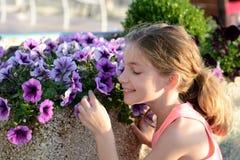 пахнуть девушки цветков Стоковые Фотографии RF
